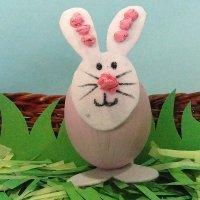 Conejo de Pascua. Manualidades con huevos para niños