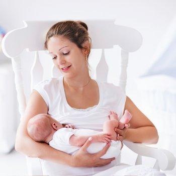 El sillón de lactancia en la habitación del bebé