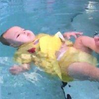 Técnica que enseña al bebé a flotar en el agua