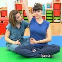 Ejercicio de bailarina para estirar la espalda en el posparto