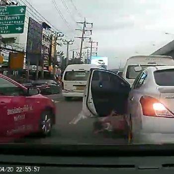 Una niña cae de un coche en marcha por no llevar cinturón de seguridad