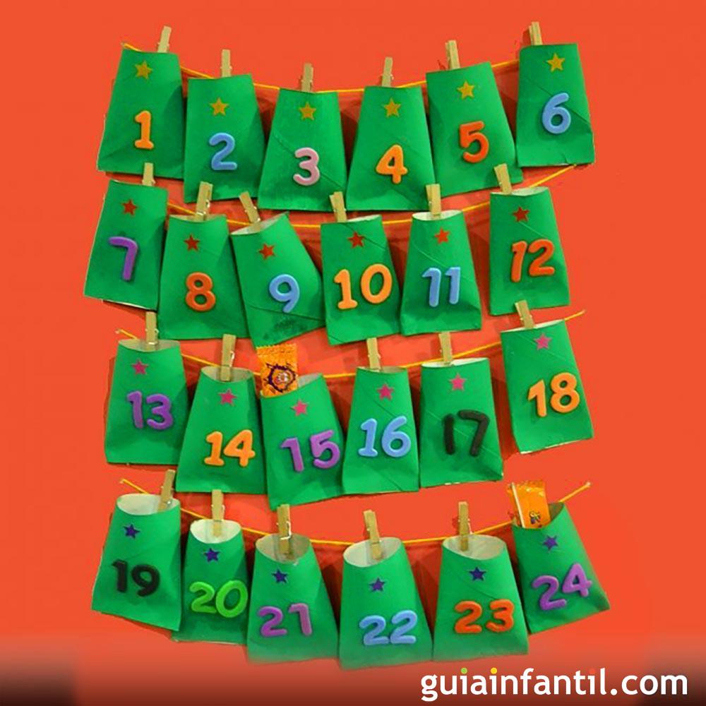 Calendario navideño hecho con rollos de papel higiénico