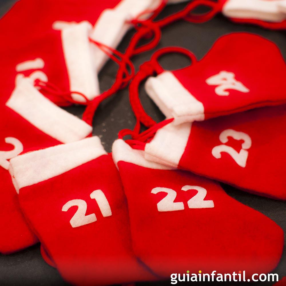 Calendario navideño hecho con botas de papá Noel