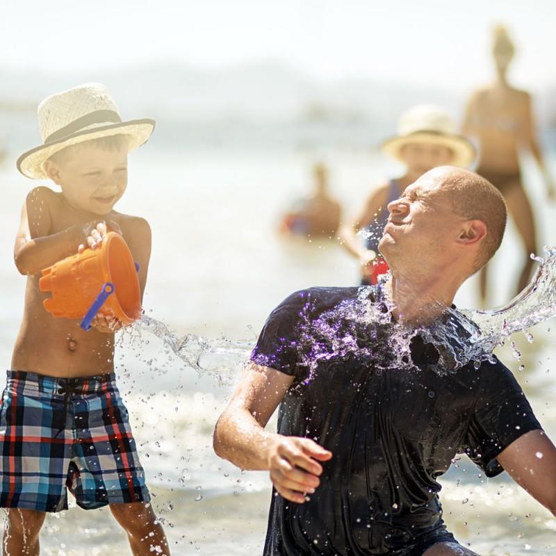 6 juegos para desarrollar la imaginación en la playa con los niños