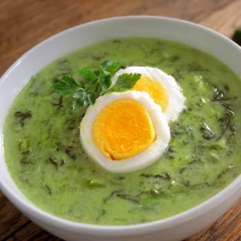 Sopa de espinacas con huevo cocido. Receta rica en hierro para los niños