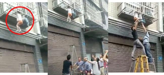 Niños atrapados por el cuello entre barrotes