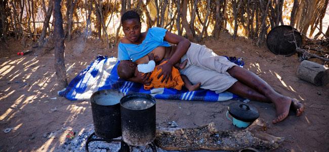 Cómo se amamanta al bebé en África