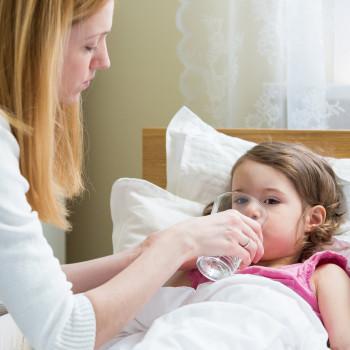 Preparar suero casero para prevenir e hidratar a niños