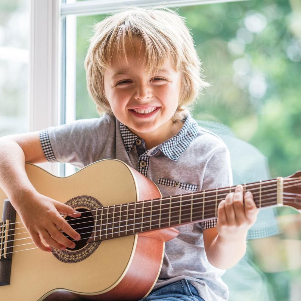 Beneficios De Tocar La Guitarra Para Los Niños