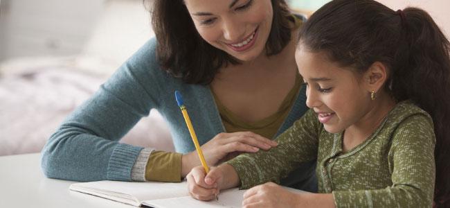 padres que hacen los deberes con los niños