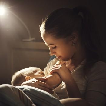 Cómo dar el pecho por la noche a un bebé. Las mejores posturas