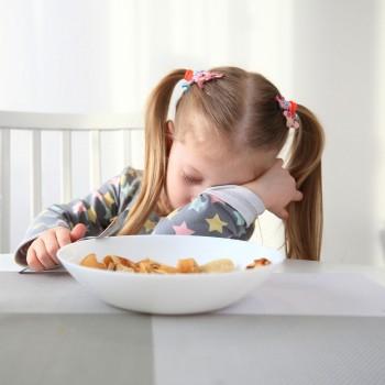 Niños que no quieren cenar por cansancio