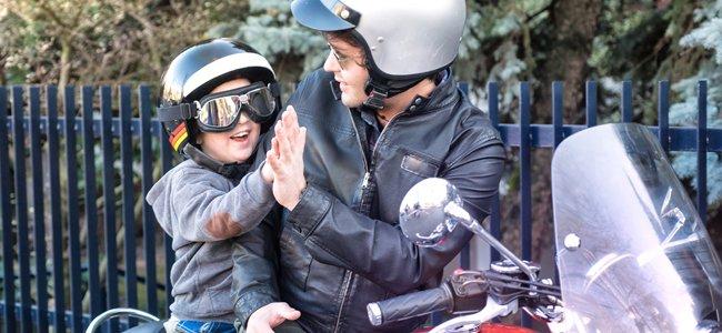 Estos son algunos de los consejos de seguridad básicos para llevar a los niños en moto