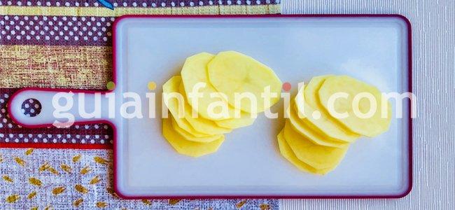 Paso 1. Corta las patatas muy finas