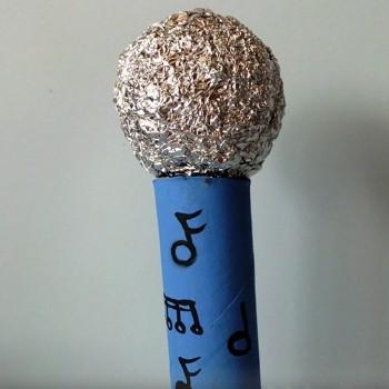 Micrófono con rollo de papel higiénico. Manualidad muy fácil
