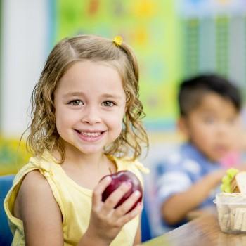 Las mejores frutas para llevar en la merienda escolar