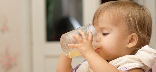 niños empiecen a beber en vaso
