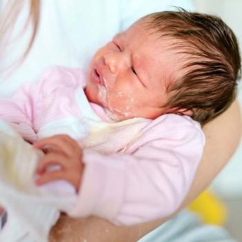 Cómo aliviar el reflujo gastroesofágico en el bebé