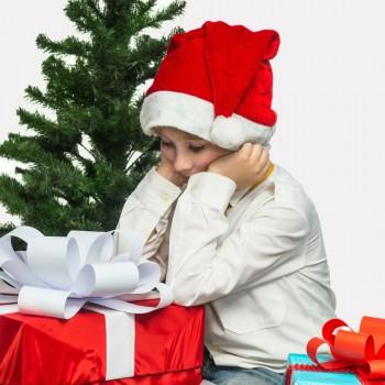 Niños frustrados por no recibir todos los regalos de Navidad