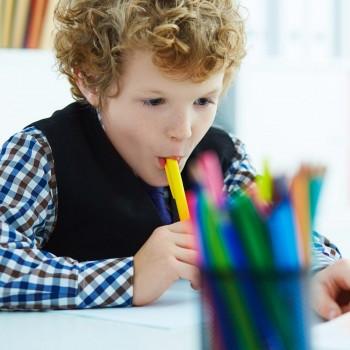 7 peligrosos hábitos diarios que estropean los dientes de los niños