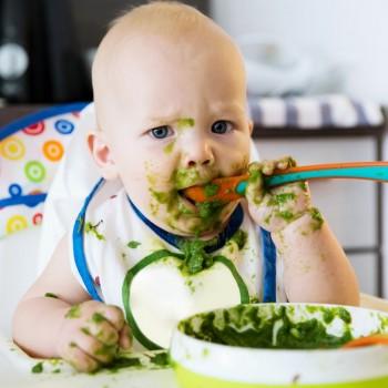Los alimentos que deben evitar tomar los bebés menores de un año