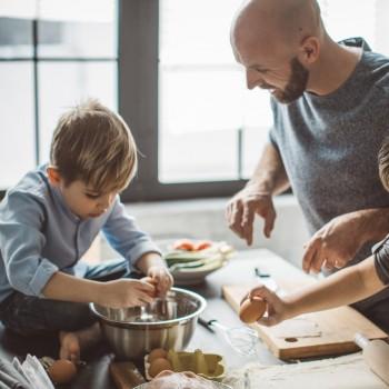 Enseña a los niños a cocinar en casa y a comer en familia