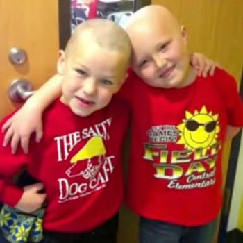 Un niño se rapa el pelo en solidaridad a su amigo con cáncer