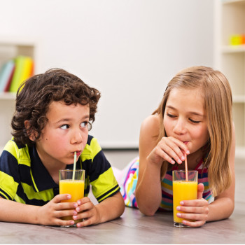 Zumos de frutas para niños. Parecen saludables pero no lo son