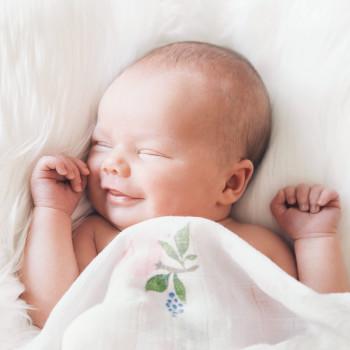La razón por la que los bebés sonríen al dormir