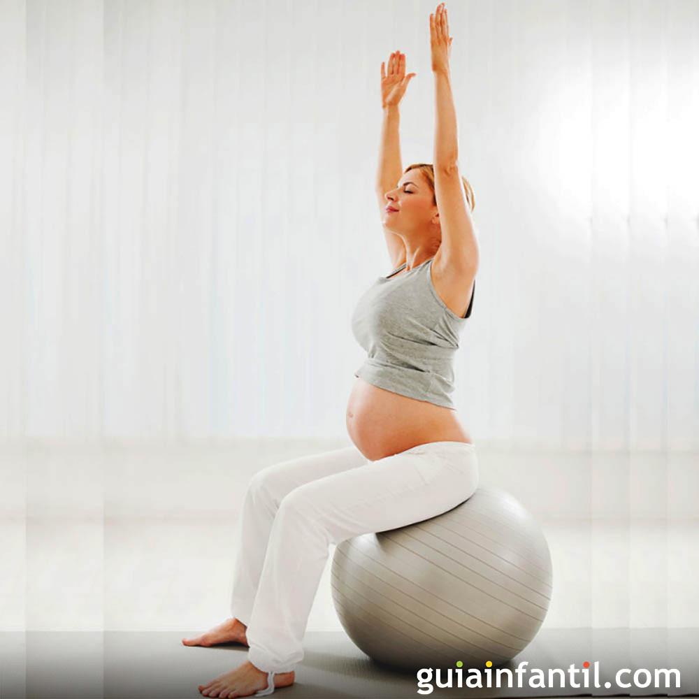 Ejercicios de estiramientos con pelota para la mujer en el embarazo