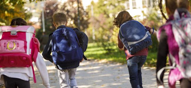 Como el peso excesivo de la mochila afecta a la espalda de los niños