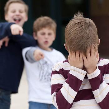 9 trucos para que tu hijo maneje las burlas sin sufrir