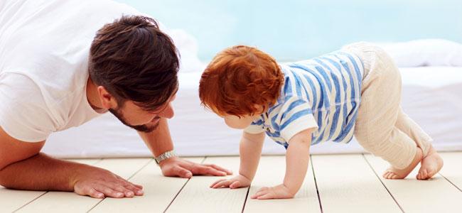 Bebé enseña a su papá a gatear