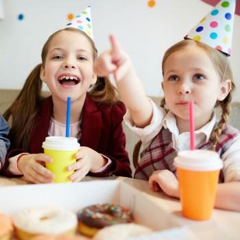 Juegos para cumpleaños con vasos y pajitas