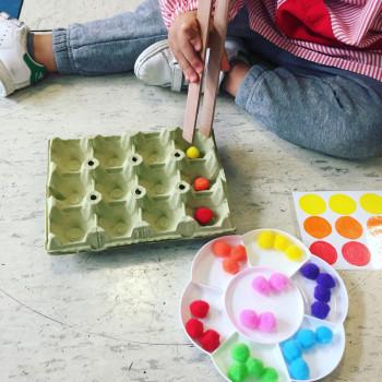 Una vistosa actividad de lógica y atención para niños, ¡con pompones!