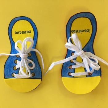 Juego para enseñar a los niños a atarse los zapatos