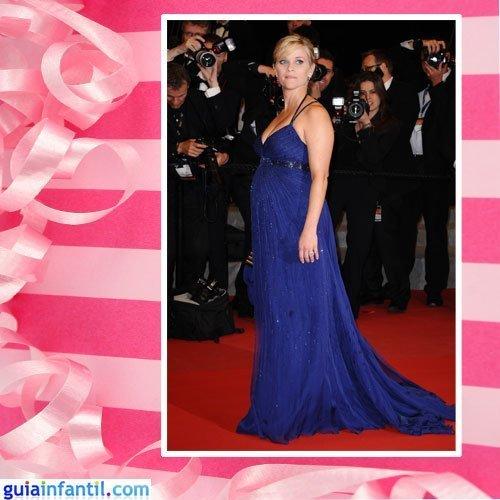 La actriz Reese Witherspoon embarazada con un vestido de corte clásico brillante
