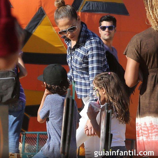 La cantante Jennifer López con sus dos hijos mellizos