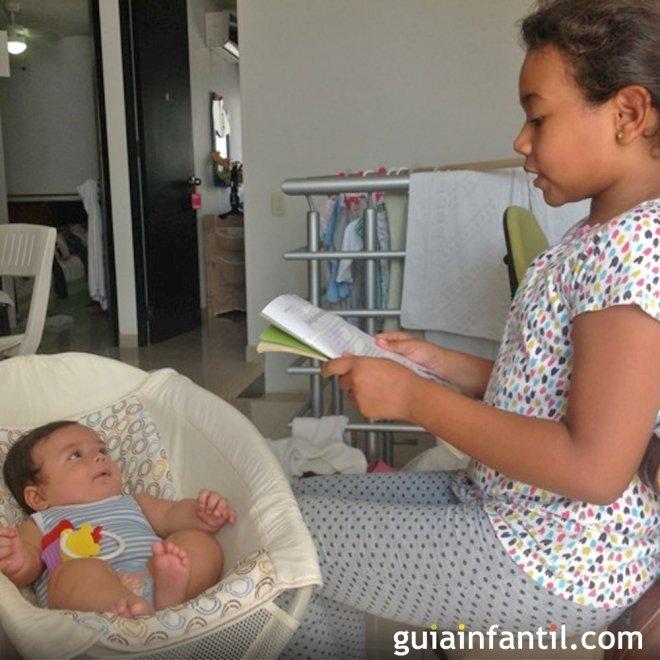 Verónica lee un cuento a su hermano Samuel