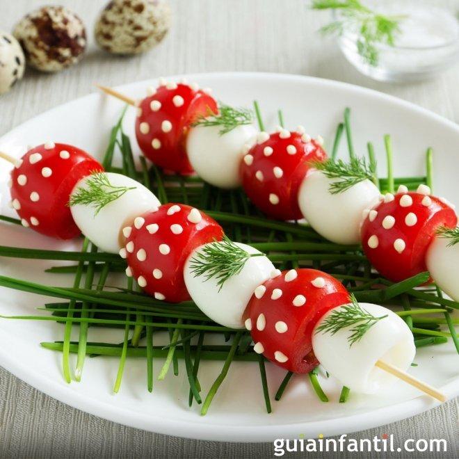Pinchos de setas hechas con huevos y tomates para niños