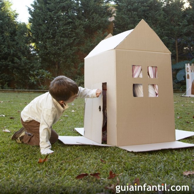 Casa de cartón con ventanas y puerta para niños
