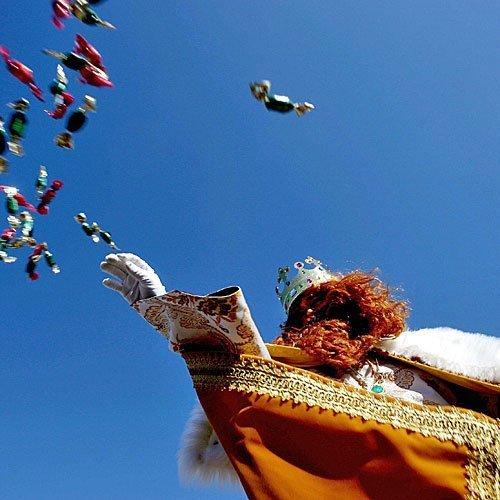 Los Reyes Magos tiran caramelos en Algeciras (España)