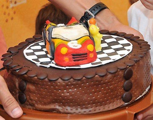 Tarta para el cumpleaños de los niños. Un coche