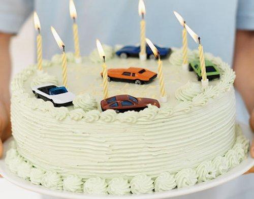 Tarta para el cumpleaños de los niños. Con coches