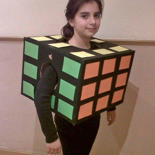 Un disfraz de cubo de rubik para los niños