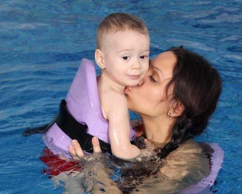 2. Ayuda al bebé a perder el miedo al agua