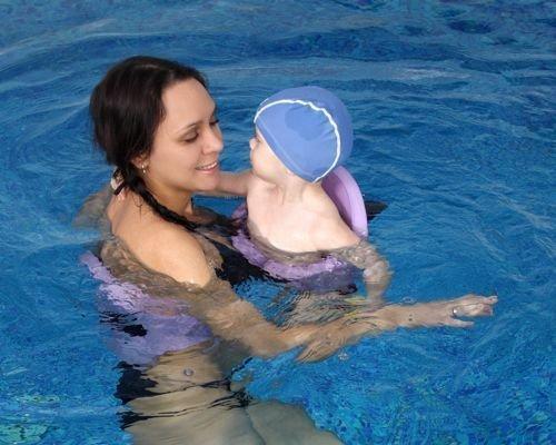 3. Pasea con el bebé por la piscina