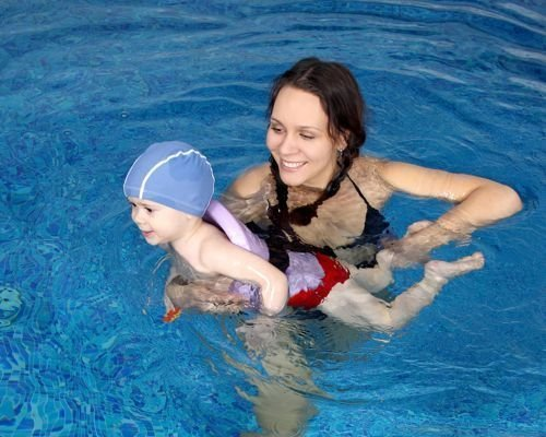 5. El bebé aprende a patalear en el agua