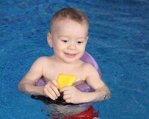 7. El bebé juega en el agua mientras adquiere soltura
