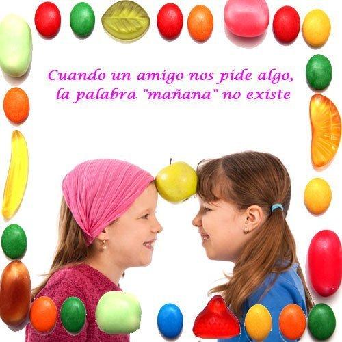 Frases de amistad para niños. Amigas jugando con una manzana